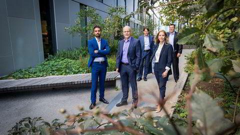 Porteføljeforvalter Kjartan Farestveit i DNB Asset Management, flankert av kollegene Shakeb Syed (til venstre) og Anett Hjertø, og bak, Kevin Dalby og Torje Gundersen.