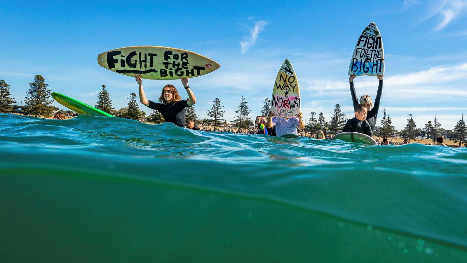 Surfere i byen Torquay i Victoria demonstrerer mot Equinors planer om oljeleting i Australbukta 20. april i år. Den siste tiden har surfere flere steder langs kysten av det sørlige Australia markert sin motstand mot leteplanene.