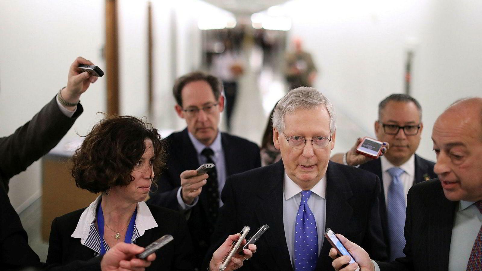 Senatets flertallsleder, republikanernes Mitch McConnell, forlater en pressekonferanse om skattereformen i Kongressen i Washington D.C. torsdag. Fredag vil han forsøke å få til en avstemning om reformen.