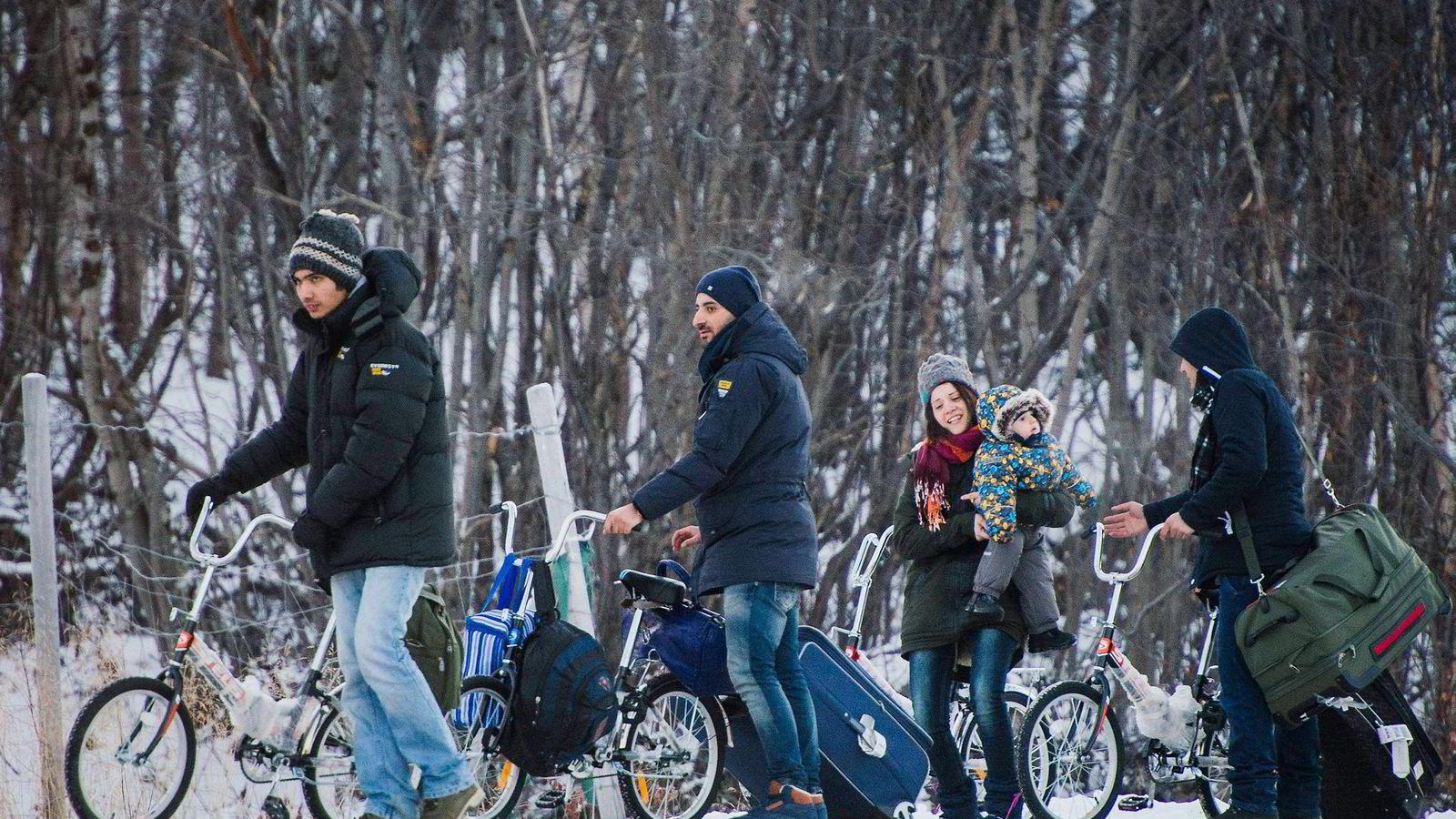 Nylig klaget Amnesty, Helsingfors-komiteen og NOAS på Norge til FN, sekundert av jusprofessor Mads Andenæs. Saken gjelder at de som kommer over grensen ved Storskog fra Russland ikke skal få lov å søke asyl i Norge fordi de kommer fra et land hvor de enten har opphold eller turistvisum. Om de skal søke asyl noe sted, må det bli i Russland, skriver artikkelforfatteren. Foto: Jonathan Nackstrand/AFP Photo