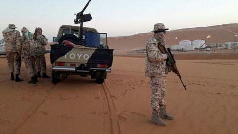 Borgerkrigen i Libya rammer oljeproduksjonen. Her fra oljefeltet El Sharara i Libya, der soldater holder vakt.