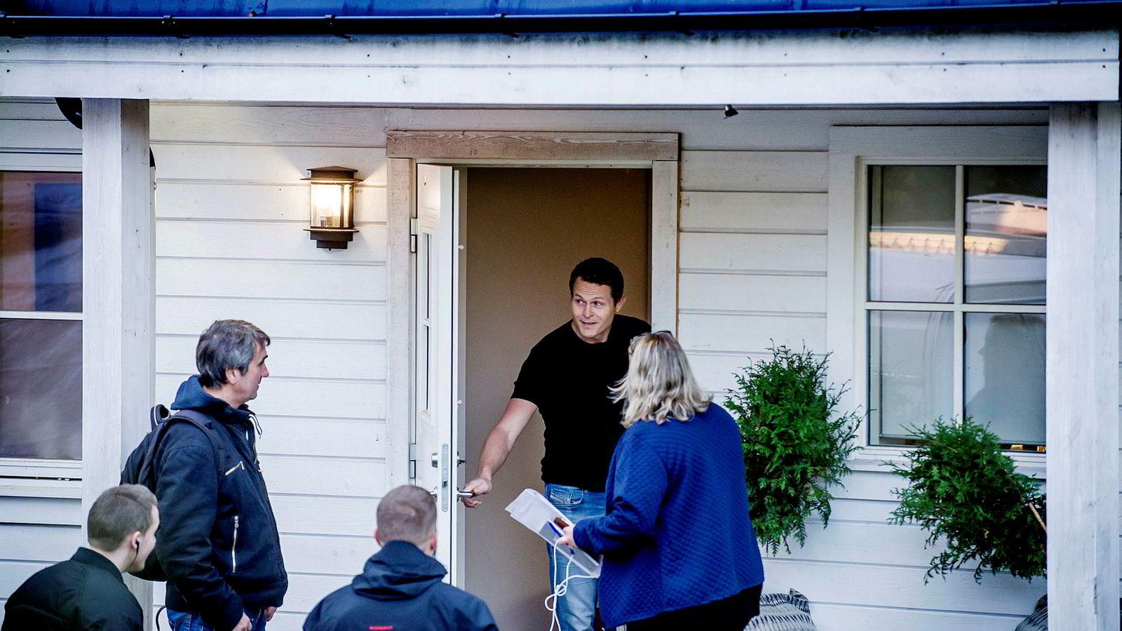 Samme dag som DN publiserte en dokumentar om Carl Thomas Anderssons boligsalg til Oslo kommune, fikk han besøk av Skattekrim og politi.