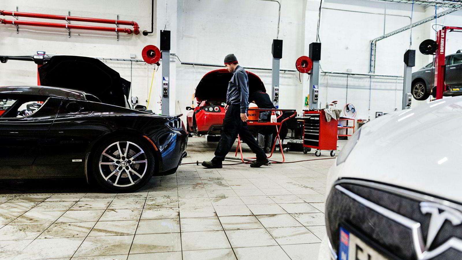 Forsikringsgiganten Gjensidige foreslår å fjerne moms for reparasjon av elbiler, da terskelen for å kondemnere elbiler er lavere enn for tilsvarende konvensjonelle biler. Her fra Teslas verksted på Skøyen.
