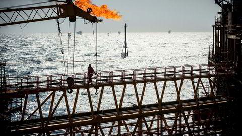 Oljeprisen har falt 37 prosent siden den toppet 86 dollar 3. oktober. Analytiker Oddvar Bjørgan tror oljeprisen skal oppover. Her fra en oljeplattform i Persiabukten utenfor Lavan-øya i Iran.