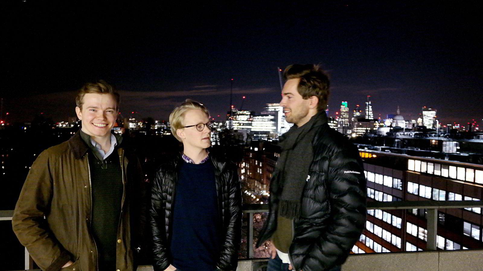 Fra venstre, Sindre Knutsson (26), Morten Korsvein (24) og Anders Jørgen Hartmann Bjørndalen (25) studerer ved London School of Economics. Her står de på takterassen til et av skolebyggene, midt i London.