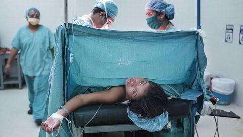 Uvitende. 13 år gamle Alicia er helt alene under keisersnittet. Foreldrene får ikke lov til å være med i operasjonssalen. Hun har fått bedøvelse og forstår ikke helt hva som skjer.