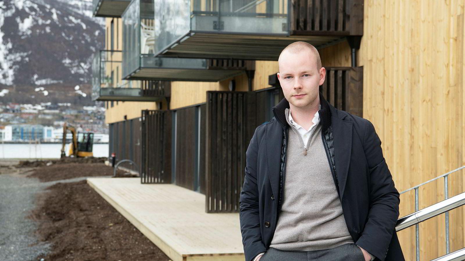 – De første rentehevingene har gått fint, men hvis renten fortsetter opp, sånn som ekspertene spår, kommer jeg til å merke det mye mer, sier Magnus Myklebust Krane (23). Han flyttet nylig inn i sin første leilighet i Tromsø.