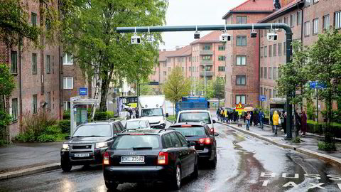 Køene i de store byene øker fortsatt. Så bomavgiftene er dermed klart ikke høye nok, skriver artikkelforfatteren. Her fra den nye bomringen ved Carl Berners plass i Oslo.