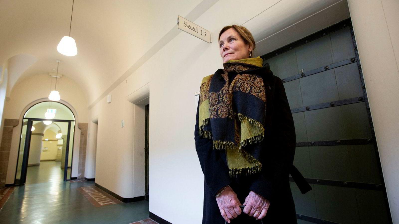 Birgit Lie utenfor rettslokalet i tingretten i Charlottenburg i Berlin.