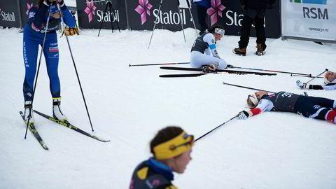 Den eldste juniorklassen på jentesiden i Norgescupen i Holmenkollen sist helg hadde over 140 påmeldte på fredagens fem kilometer. Her ligger løperne strødd i målområdet etter målgang. Foto: Hanna Kristin Hjardar