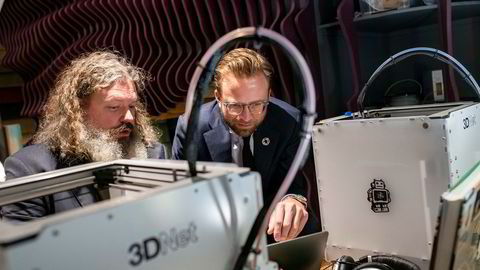 Torgeir Waterhouse i IKT Norge lærer utviklingsminister Nikolai Astrup (H) om koding. Sistnevnte mener det er tryggest å overlate kodeansvaret til neste generasjon.