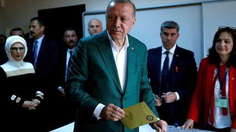 Tyrkias president Recep Tayyip Erdogan avla stemme i storbyen Istanbul søndag.