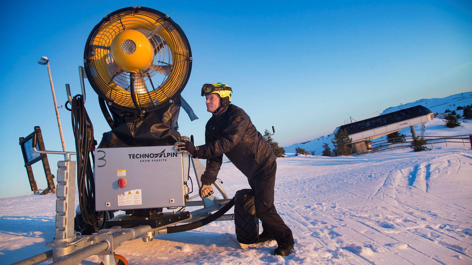 Daglig leder i Alpinco, Odd Stensrud, snurrer på en manuell snøkanon på toppen av Kvitfjell. – Skal du satse er du helt avhengig av kunstsnø, sier Stensrud.