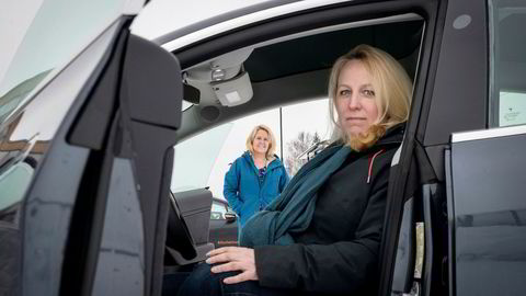 – Tesla ga ikke det beste inntrykket, sier Hildur Jakobsdottir Kielland om kundeopplevelsen. Bak står hennes søster Anne Lise Kielland som avbestilte sin Tesla-modell litt senere.
