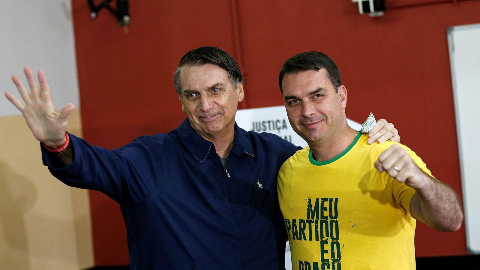 President Jair Bolsonaro (til venstre) og sønnen Flavio er i søkelyset for mistenkelige pengetransaksjoner.