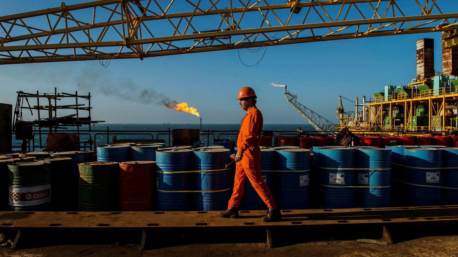 Natt til mandag gjenopptas amerikanske sanksjoner mot Iran. Det vil lamme landets oljeeksport til alle nasjoner som ønsker å være på god fot med USA. Bildet er fra en iransk oljeplattform.