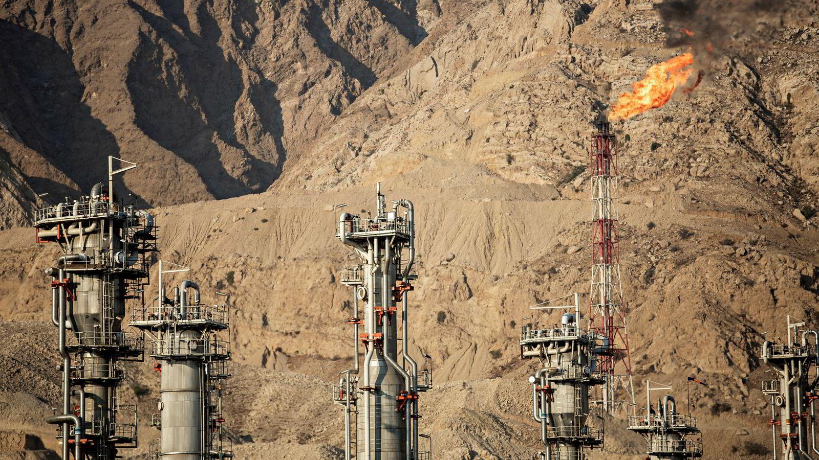 4. november innfører USA sine sanksjoner mot Iran. Oljeeksporten fra landet har allerede falt betydelig, og det internasjonale energibyrået IEA frykter at fortsatt fallende eksport vil bidra til oljeprisoppgang.