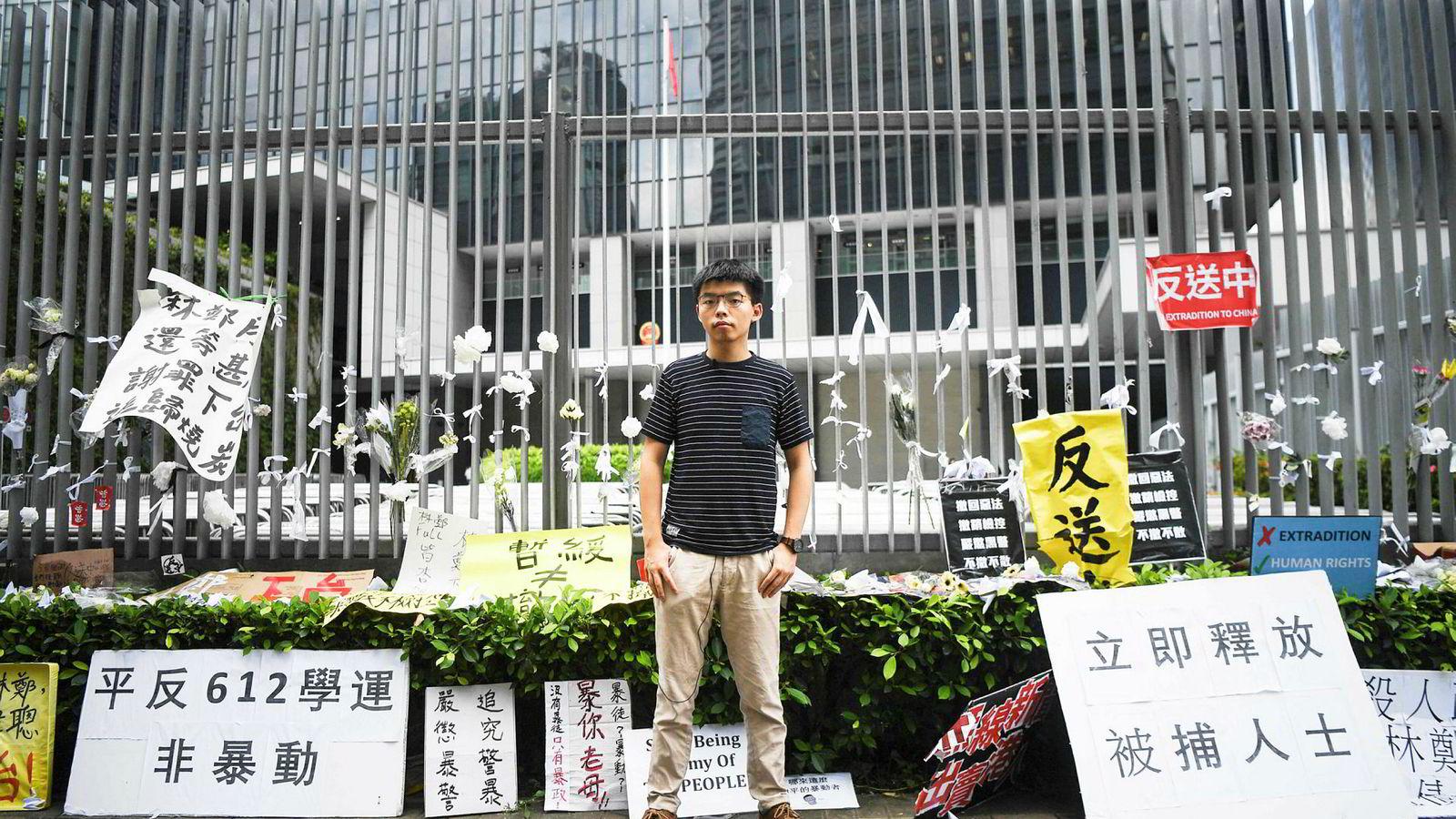 En kamplysten Joshua Wong (22) fra Hongkong vil ikke innta en ny lederrolle i de nye massedemonstrasjonene, men har fortsatt et stort publikum. Her utenfor regjeringskvartalet i Hongkong.