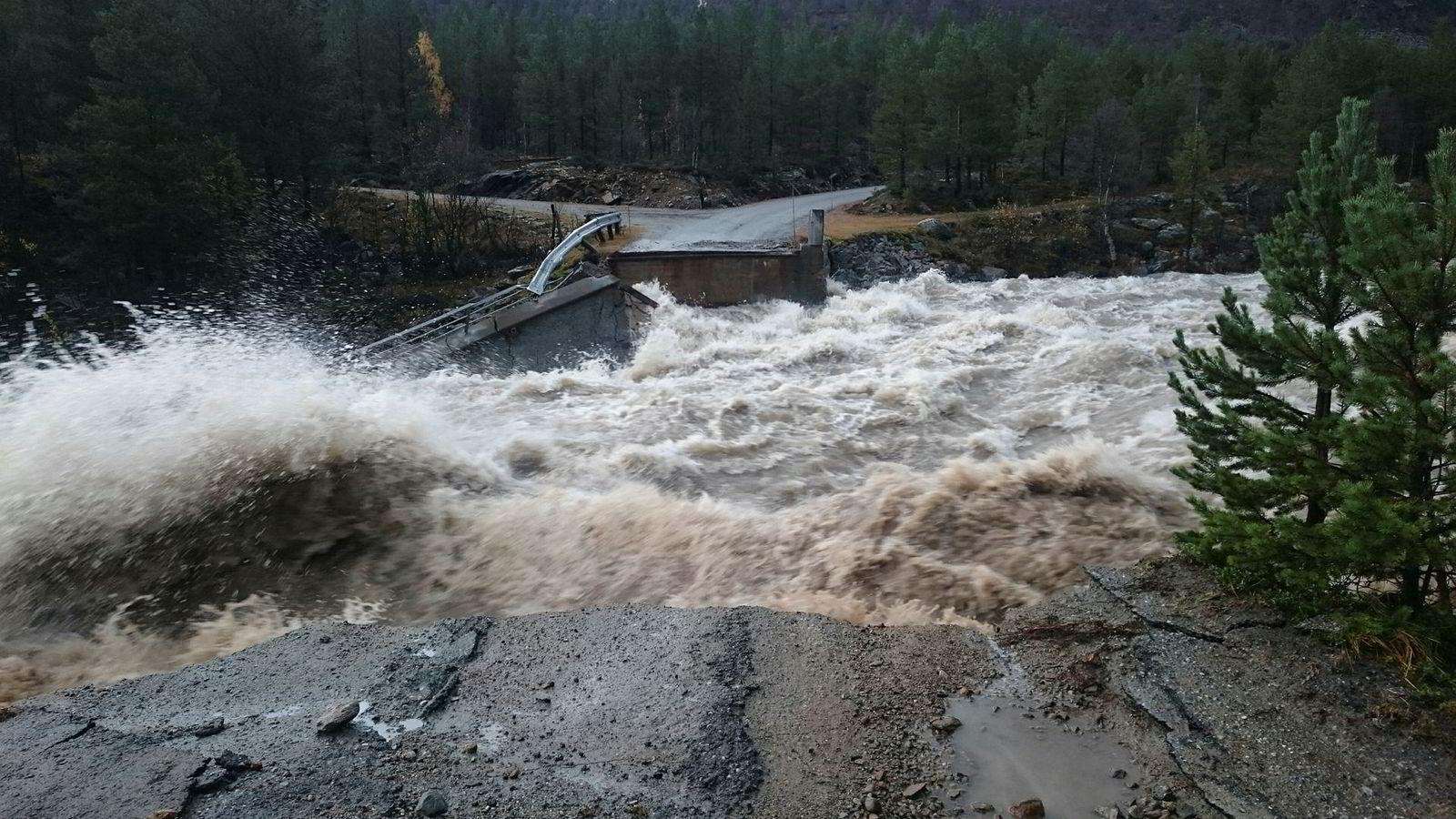 Dyringsbrua ved Liavassosen i Skjåk forsvant på sekunder av de store vannmassene søndag Store mengder regn og vann fra snø- og bresmelting de siste døgnene har ført til at en rekke elver og bekker har gått over sine bredder i Nord-Gudbrandsdalen.