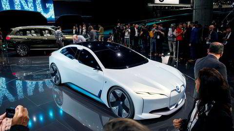 BMW i Vision Dynamics viser neste modell i BMWs i-serie. Bak den står X7.