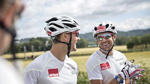 Øystein Pettersen (til venstre) har brutt med United Bakeries og startet sitt eget, private langløpslag denne sesongen. Komiker Nils Ingar Aadne (til høyre) er med på laget. Foto: Aleksander Nordahl