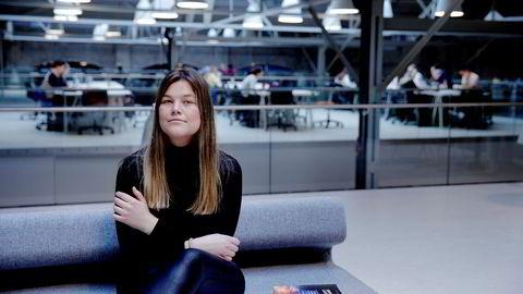 Henriette O. Fosse (22) er bare én av flere studenter som er redd for å ta ordet i forelesning. Likevel mener hun muntlig deltagelse er viktig for fremtidige jobber og for å utvikle formidlingsevne.