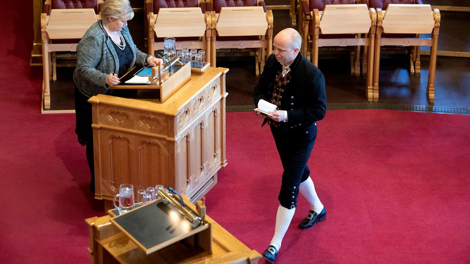 Senterpartiets Trygve Slagsvold Vedum stilte i bunad, men uten kniv, da han stilte spørsmål til statsminister Erna Solberg om fødetilbud.