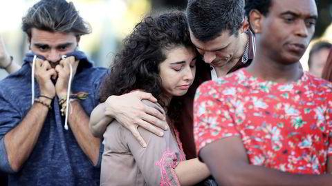 Mennesker samlet seg fredag kveld i Nice for å minnes ofrene etter torsdagens terrorhandling. Foto: Valery Hache/AFP/NTB Scanpix