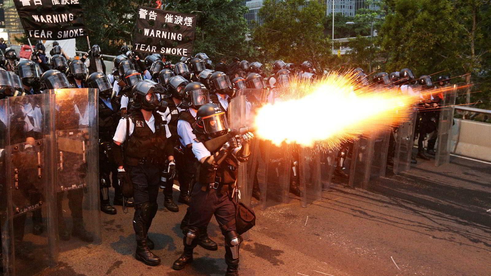 Over en million mennesker har demonstrert i Hongkongs gater siden helgen. Politiet svarte med å sende tåregass mot demonstrantene.