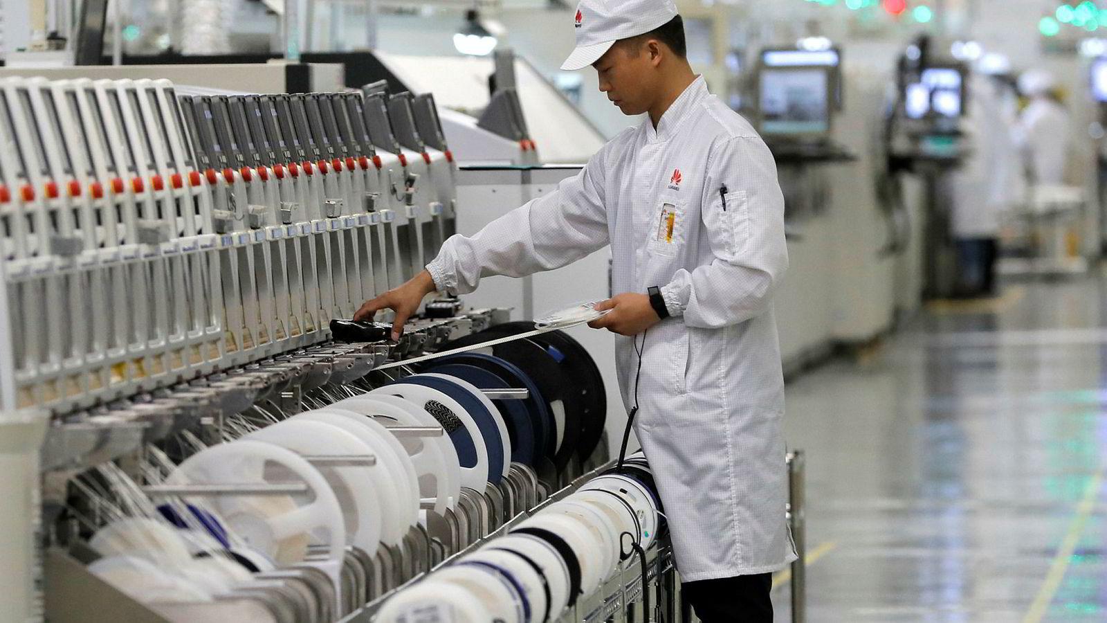 En kinesisk arbeider ved mobilprodusent Huaweis fabrikk i Dongguan. Selskapet er et verdens største innenfor mobilteknologi.