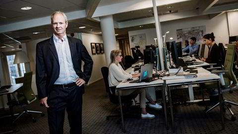 På Aker Brygge i Oslo jobber analysesjef Per Magnus Nysveen (foran) i Rystad Energy og kollegene med å analysere oljemarkedet. Nå vil de starte med selskapsanalyse, i konkurranse med meglerhusene i nabolaget.