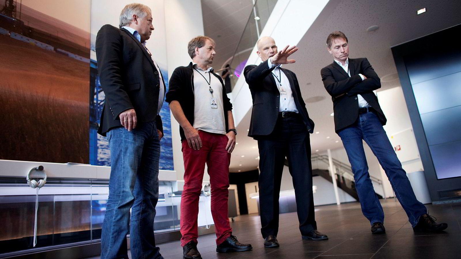 Norsk sokkel-sjef Arne Sigve Nylund (nummer tre fra venstre) har drevet frem både lavere driftsbemanning og ny vedlikeholdsfilosofi. Safe-tillitsvalgt Terje S. Enes, Per Steinar Stamnes fra Industri Energi, og Per Helge Ødegård fra Lederne er uenig i mye.