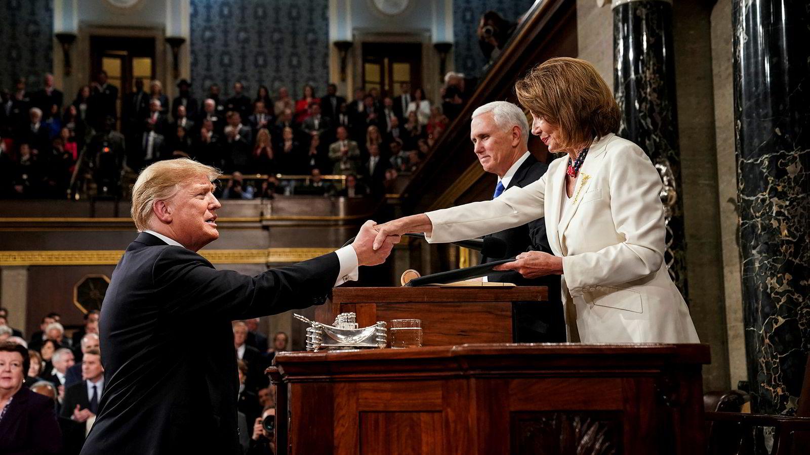 President Donald Trump avleverte sin tale om rikets tilstand med Demokratenes nye flertallsleder Nancy Pelosi og visepresident Mike Pence som nærmeste tilhørere.