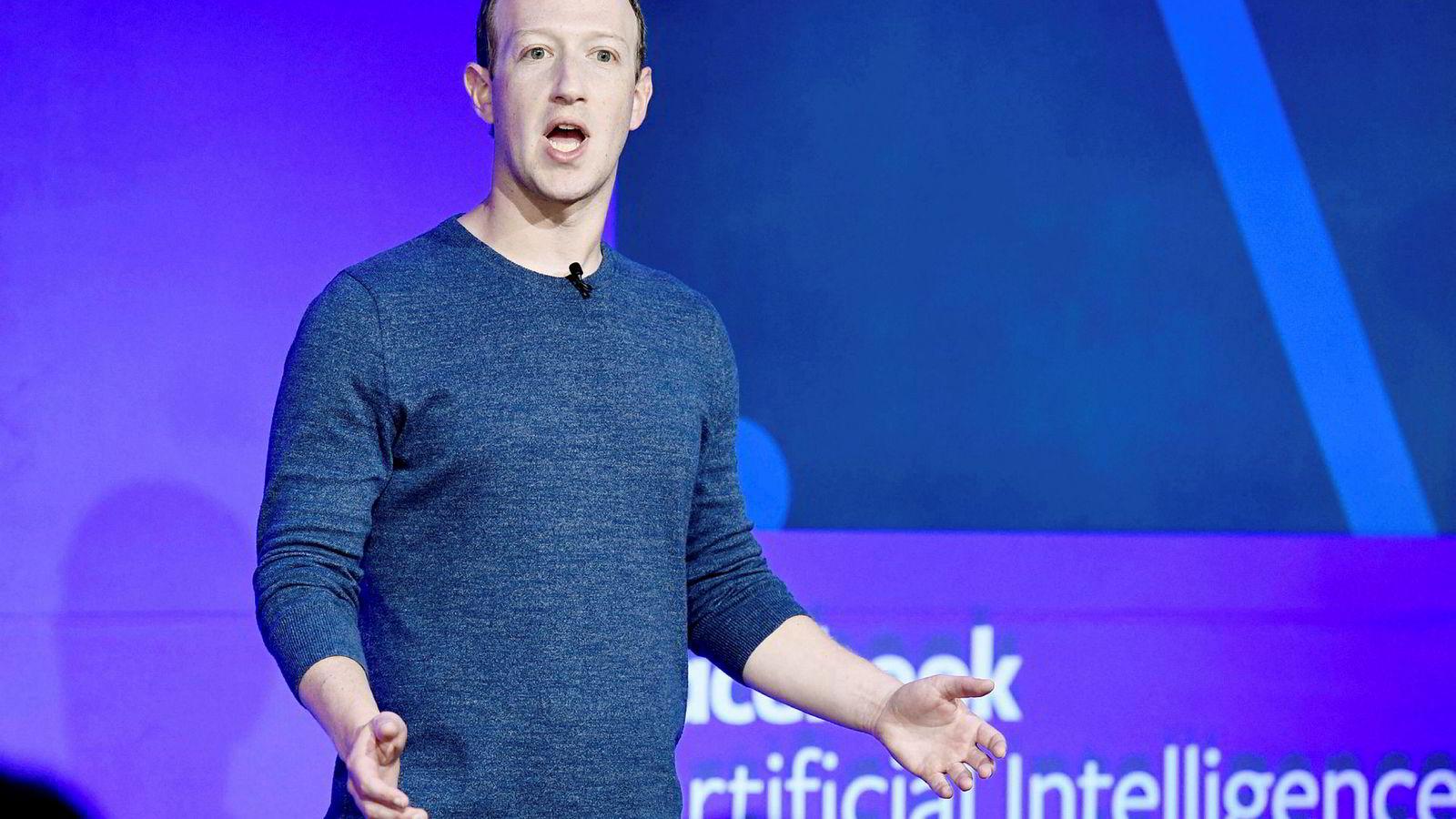 Finansmyndigheter i USA krever at Mark Zuckerberg mister en del av sin innflytelse i selskapet.