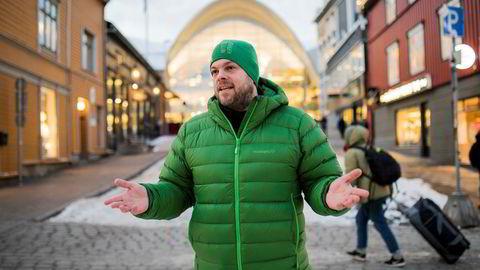 Reiselivssjef Chris Hudson er glad for at hotellene i Tromsø nå tjener godt med penger, men er samtidig redd for at de priser seg ut.