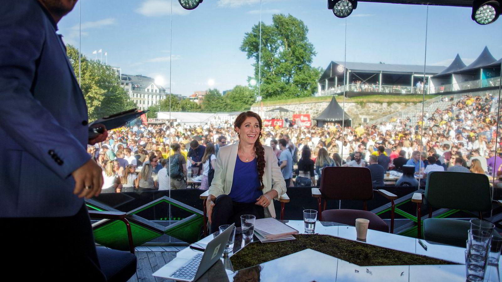 – Jeg er ikke alltid glad i den måten prestasjoner og det menneskelige vurderes på i fotballverden, sier Lise Klaveness. Her er hun i tv-studioet på Kontraskjæret i Oslo under fotball-VM.