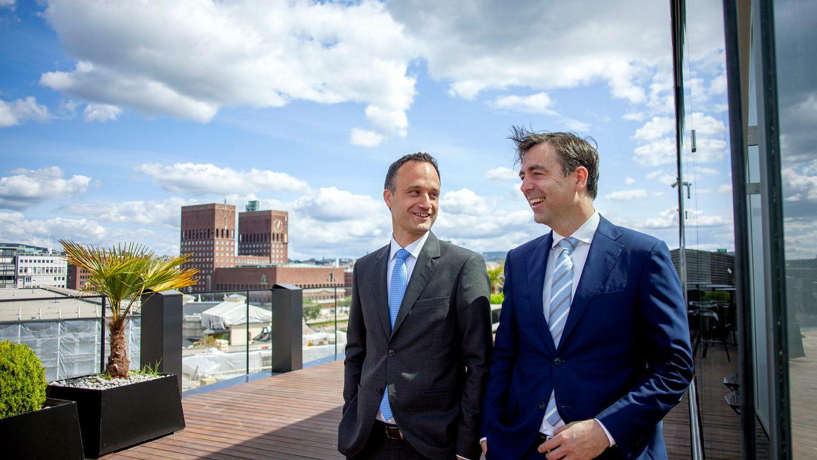 Simen Mejlænder (til venstre) og Harald Hellebust i advokatkontoret Wiersholm tror det kan bli mange oppkjøp av og med norske selskaper til høsten.
