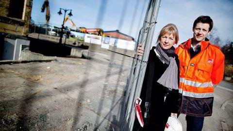 SELGER. – Leilighetene vi solgte i dag kostet 2,6 og 2.35 millioner, sier Elin Hoff Johansen i Veidekke Eiendom. Til høyre Kristoffer Eide Hoen. Foto: Ida von Hanno Bast