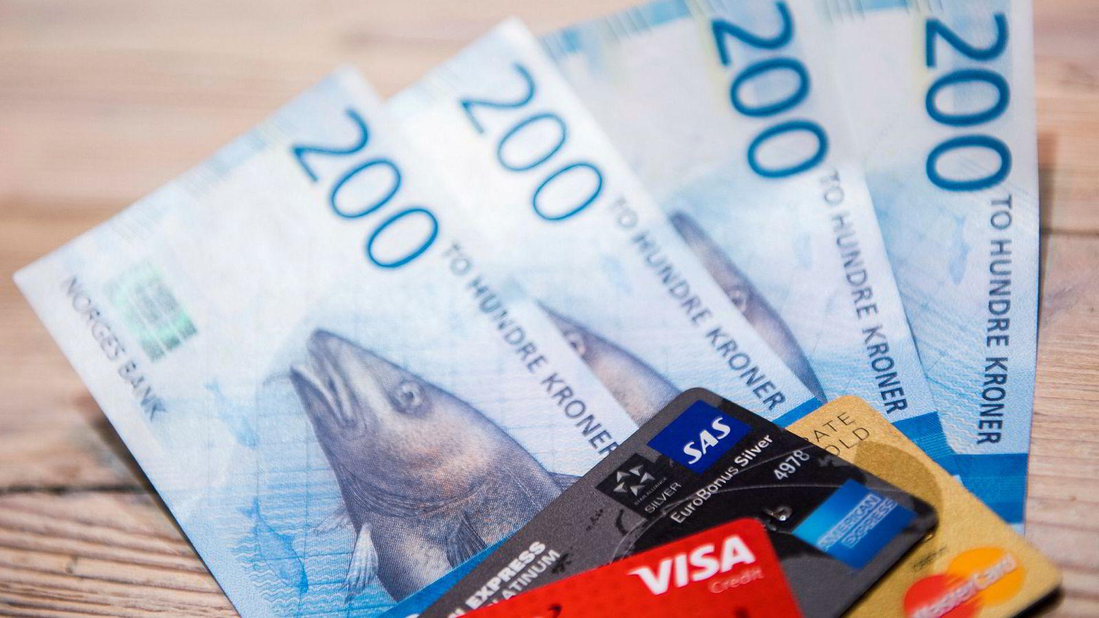 Mange studenter mener de sliter med å få endene til å møtes økonomisk. Forbrukerøkonom advarer ungdommen mot å bruke kredittkort som en enkel løsning.