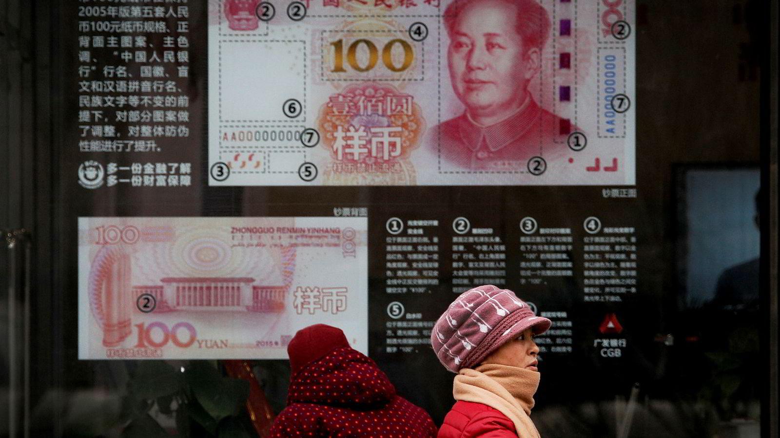 Det amerikanske finansdepartementet gjentar i en ny rapport påstandene om at den svake kinesiske valutaen bidrar til å øke det amerikanske handelsunderskuddet med Kina. De finner ikke bevis for en bevisst manipulasjon.