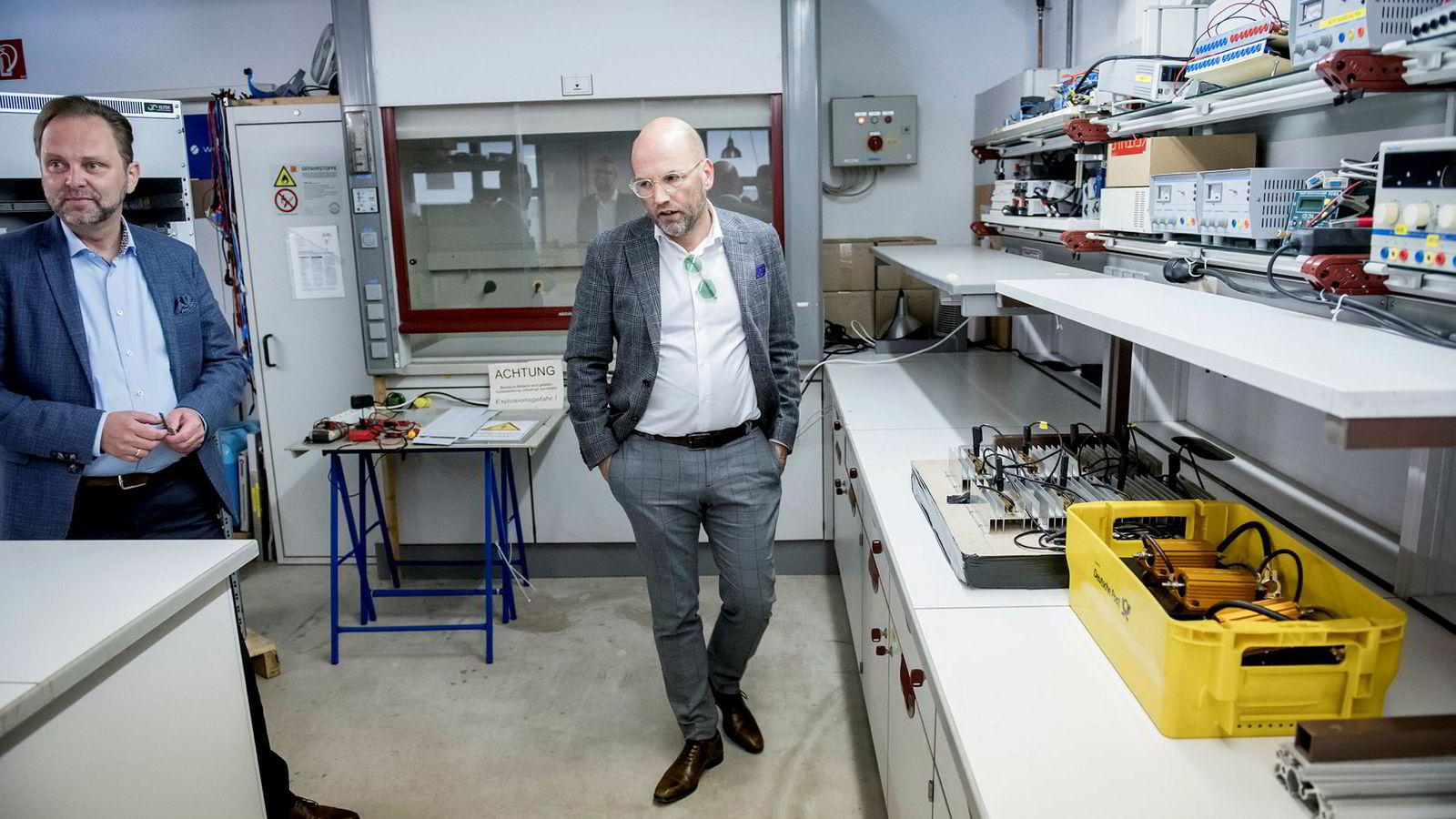 I fjor vår trodde Stavanger-advokat Brynjar Meling at batteriselskapet Wavetech skulle bli verdt milliarder og gjøre ham til mangemillionær. Her med selskapets gründer Dag Arild Valand i selskapets laboratorium i Rheinbach i Tyskland.
