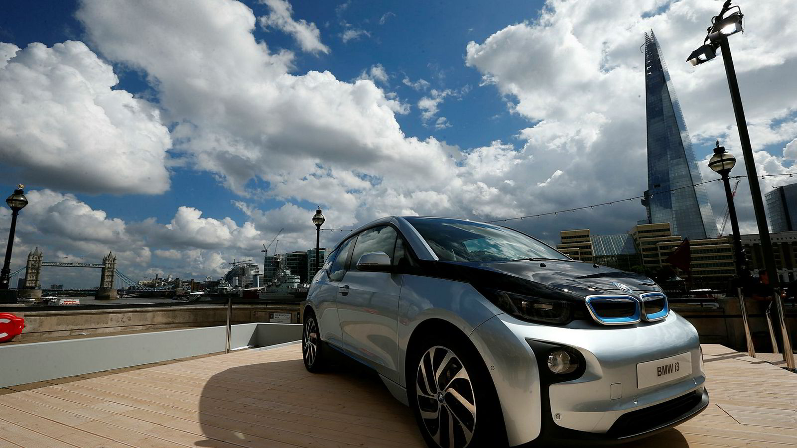 London vil de nærmeste tre årene bli fylt opp med 3000 elbiler i et testprosjekt. Her fra 2013-lansering av elbilen BMW i3 med landemerkene Tower Bridge og the Shard i bakgrunnen.