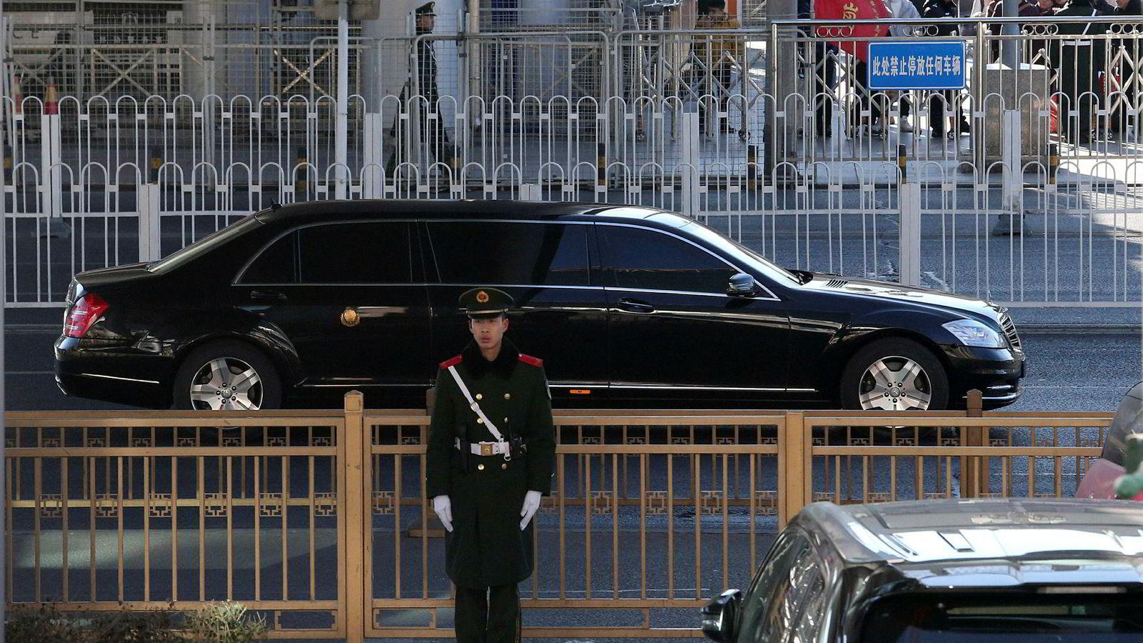 En bil som er antatt å frakte Nord-Koreas leder Kim Jong Un forlater en jernbanestasjon i en konvoi i Beijing tirsdag.