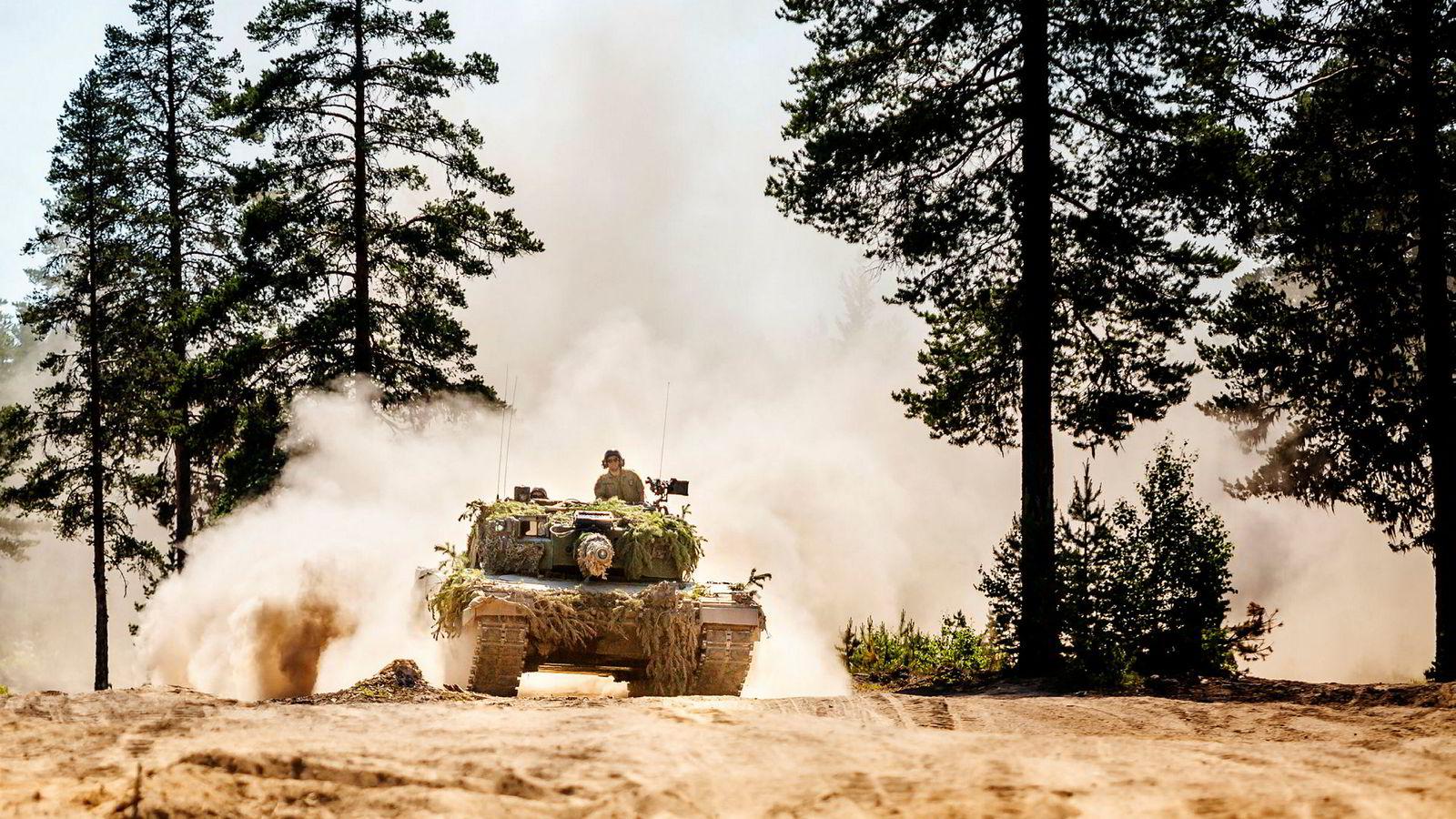 Leopard 2A4 stridsvogn kjører i Rødsmoen øvingsfelt ved Rena.