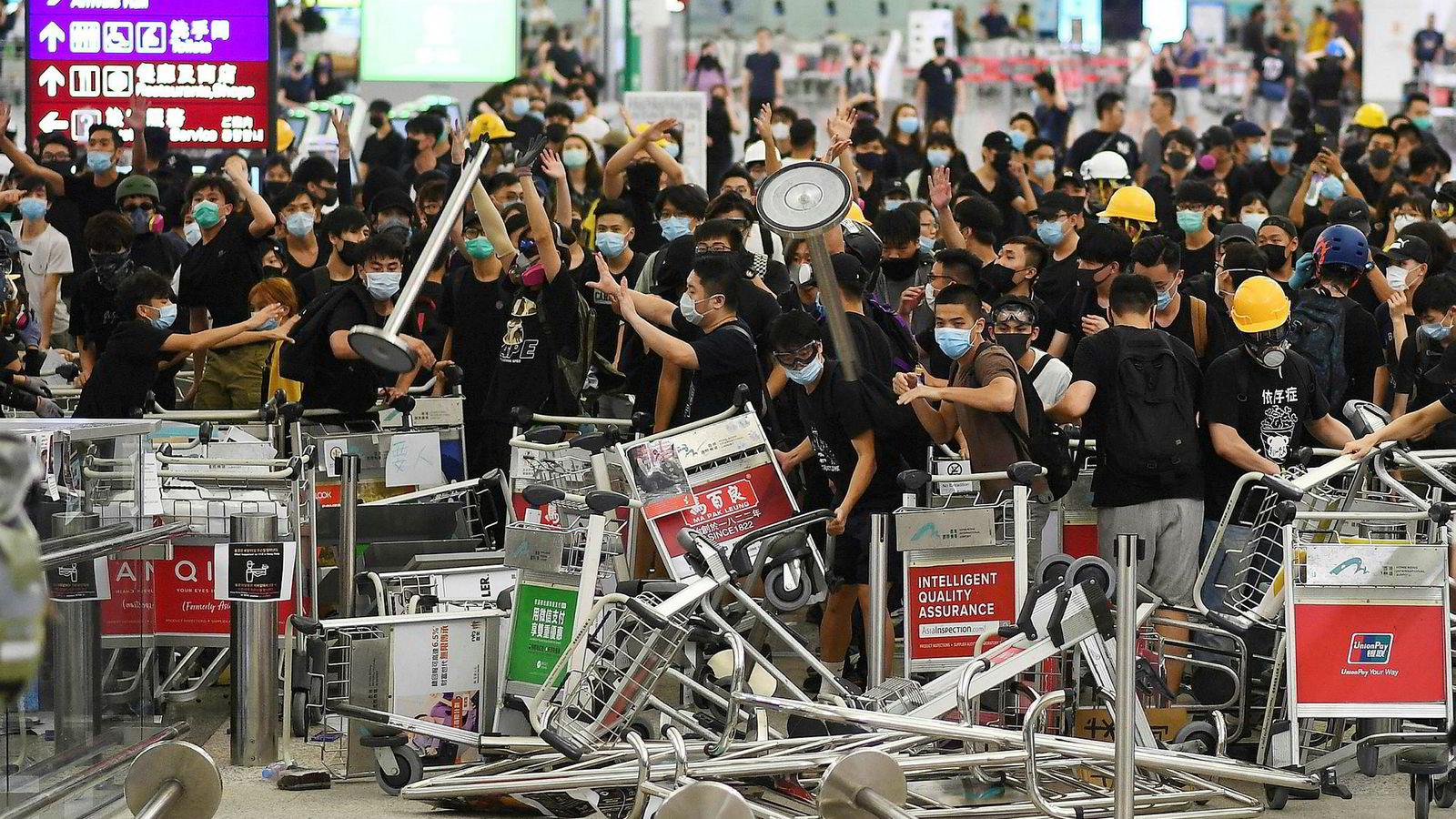 Den siste tiden har demonstranter inntatt flyplassen i Hongkong. Flere hundre flyvninger er blitt kansellert eller forsinket. Hva som blir Kinas neste trekk avhenger av en rekke faktorer.