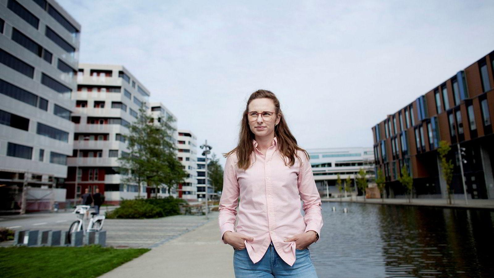 Nyutdannet geolog Monika Maria Dyrendahl (24) sliter med å få fast jobb i oljebransjen oppgangstidene til tross. Her i oljeklyngen i Jåttåvågen ved Stavanger.