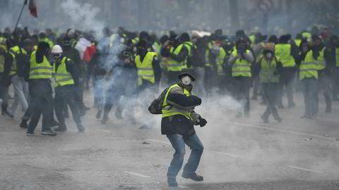 Analyser fra tenketanken German Marshall Fund viser at prorussiske twitterkontoer den siste tiden har sirkulert påstander om at fransk politi i realiteten støtter demonstrantene som har tatt til gatene i flere franske byer lørdag. Her fra Paris.