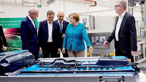 Angela Merkel besøkte fabrikken til Accumotive, et underbruk av bilgiganten Daimler AG, øst i Tyskland mandag denne uken. Her ble oppstarten av arbeidet med en ny batterifabrikk markert. Fra venstre Dieter Zetsche i Daimler, Markus Schaefer i Mercedes-Benz, Stanislaw Tillich i Mercedes-Benz, Angela Merkel og Frank Blome i Accumotive. Foto: Matthias Rietschel/Reuters/NTB scanpix