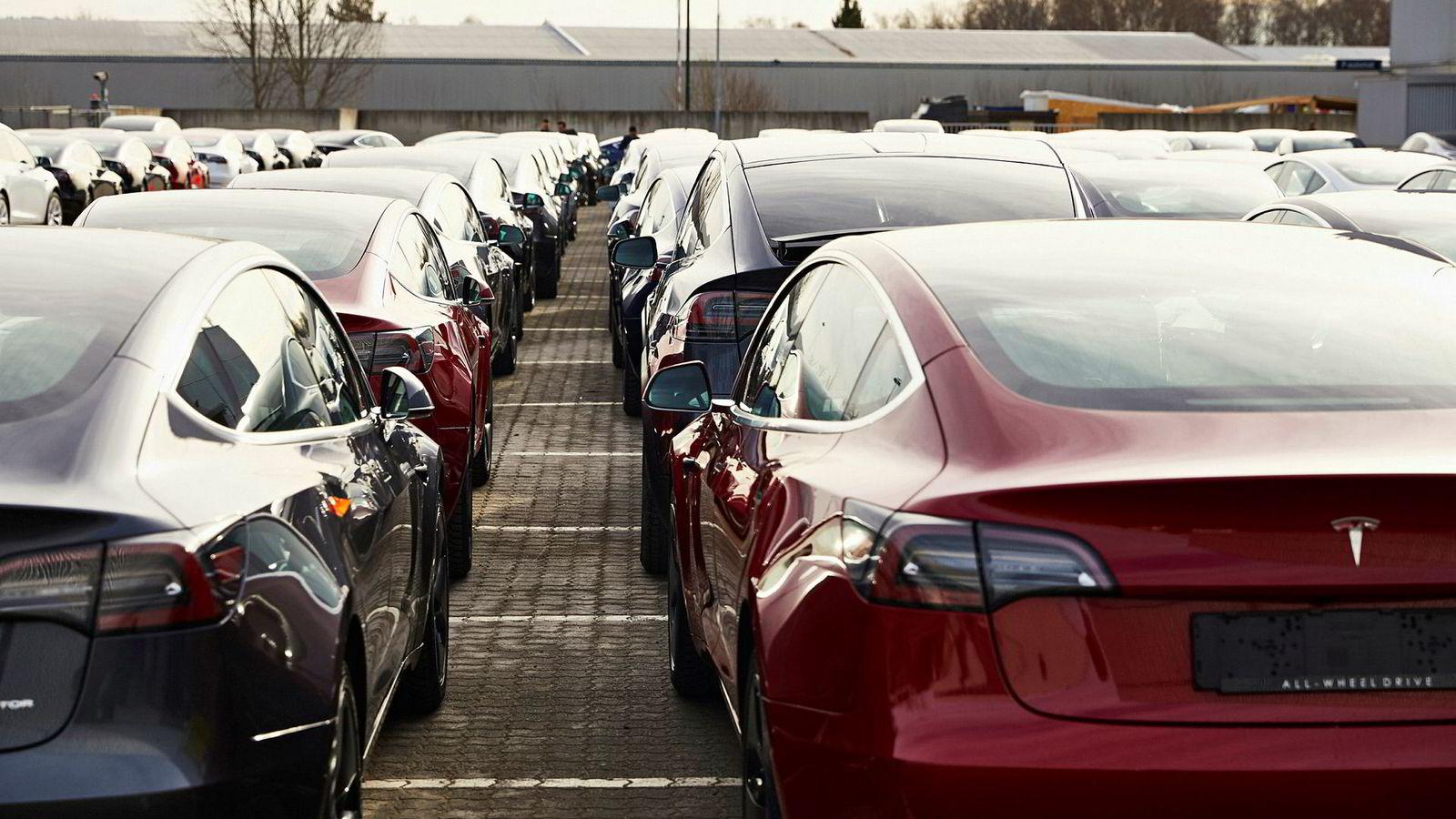 Siste helgen i mars så det slik ut utenfor Norges Varemesse på Lillestrøm. Tesla leverte ut biler på løpende bånd.