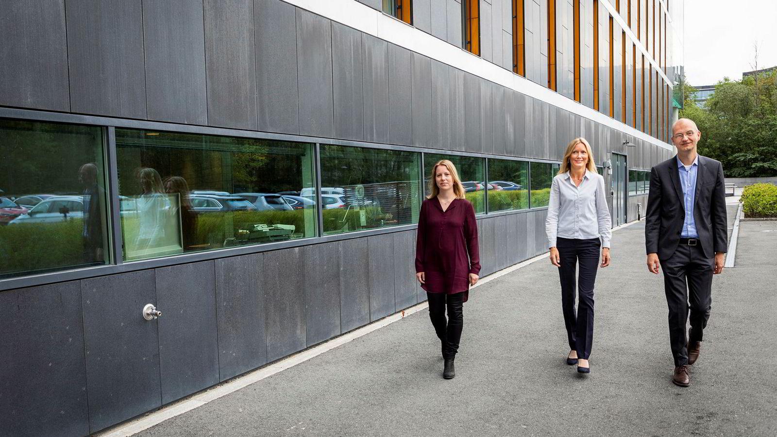 Det er overraskende billig å endre målet fra to graders global oppvarming til 1,5 grad, mener (fra høyre) Gry Åmodt, Mari Viddal og Henrik Sætness som står bak ny lavutslippsrapport fra Statkraft.